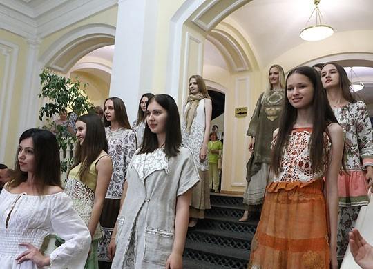 Модели Сергея Нагорного выступили с демонстрацией моделей костюмов производства Оршанского льнокомбината